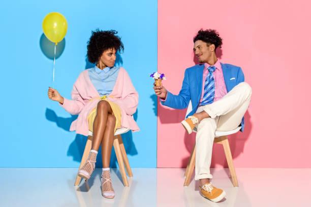 homem, apresentando flores na casquinha de sorvete com a namorada - moda masculina - fotografias e filmes do acervo