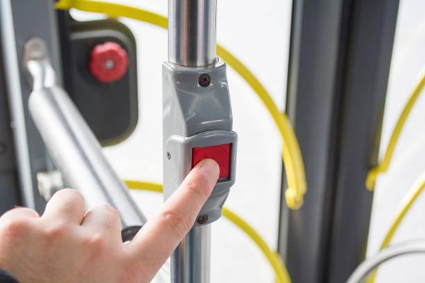 menschen drücken des knopfes am bus - abschiedswünsche stock-fotos und bilder