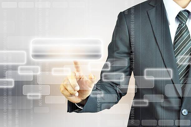 Mann Drücken auf den Knopf mit digitalen virtuelle Bildschirm – Foto