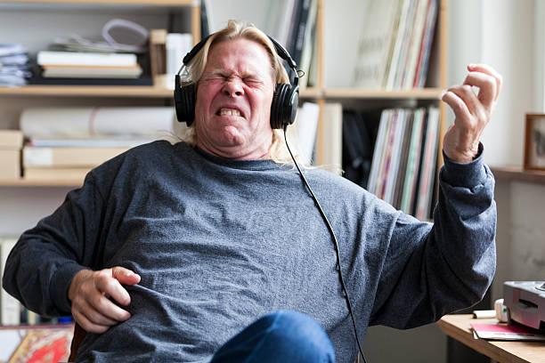 hombre dice que jugar mientras escucha música de guitarra - auriculares equipo de música fotografías e imágenes de stock