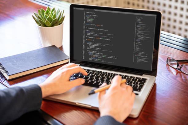 Mann Programmierung auf einem Computer, Bürohintergrund – Foto