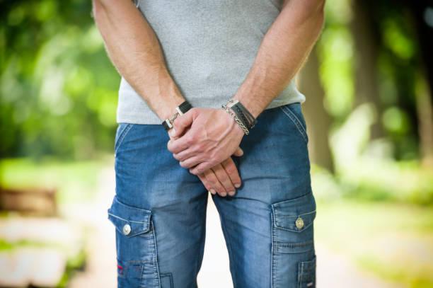 de prostaat probleem man in een park - prostaatkanker stockfoto's en -beelden