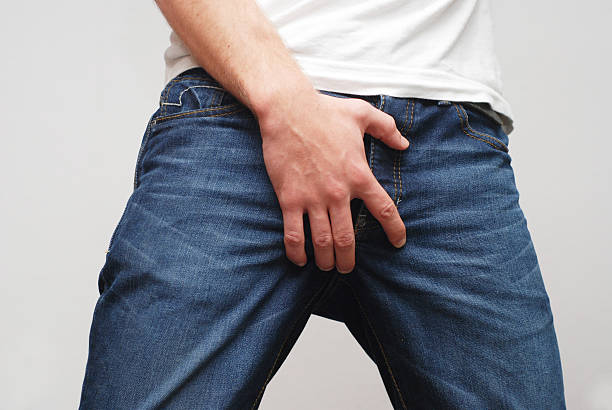 man protecting his ballbag scrotum - bekken stockfoto's en -beelden