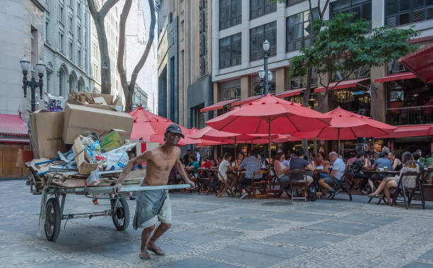 Mann zieht einen Wagen in der Innenstadt von Sao Paulo – Foto