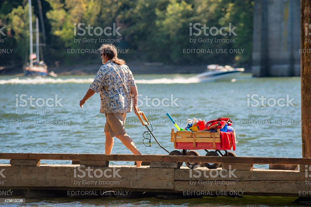 Mann nimmt eine wagon am dock – Foto