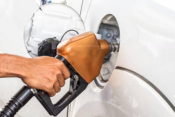 Mann in Auto Benzin Kraftstoff in gas station – Foto