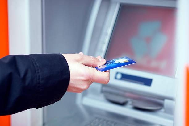 男 入れてください。 、クレジットカード - id盗難 ストックフォトと画像
