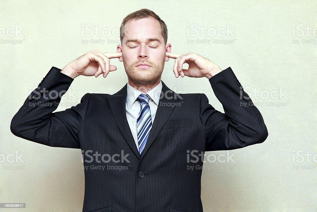 Mann Putting Finger in den Ohren – Foto