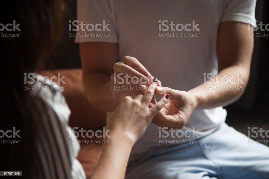 afa756a48aa8 Hombre Poniendo El Anillo En Dedo De La Mujer Compromiso Boda ...