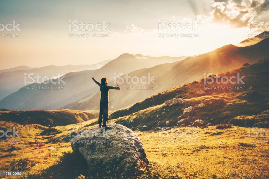 Mann hob die Hände bei Sonnenuntergang Berge Reisen Lifestyle Erfolg und Wohlbefinden emotionales Konzept Abenteuer Urlaub outdoor Wandern Harmonie mit Natur-Luftbild – Foto