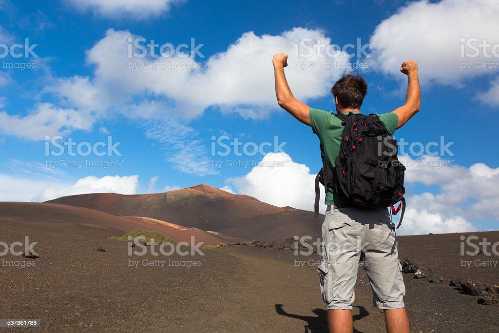 Mann erreichen die Spitze des Berges. – Foto