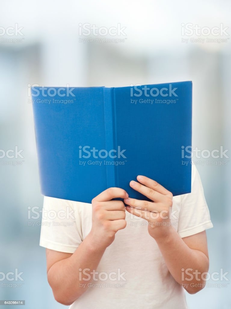 Man leest een boek foto