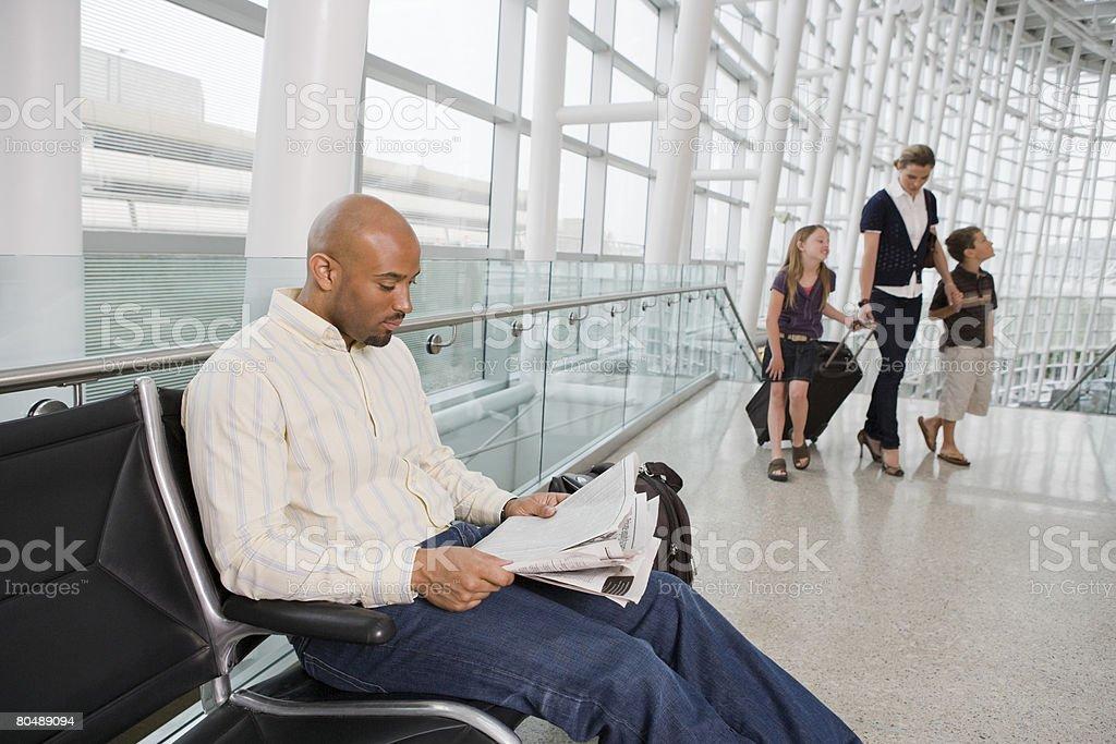 Um homem ler um jornal foto de stock royalty-free