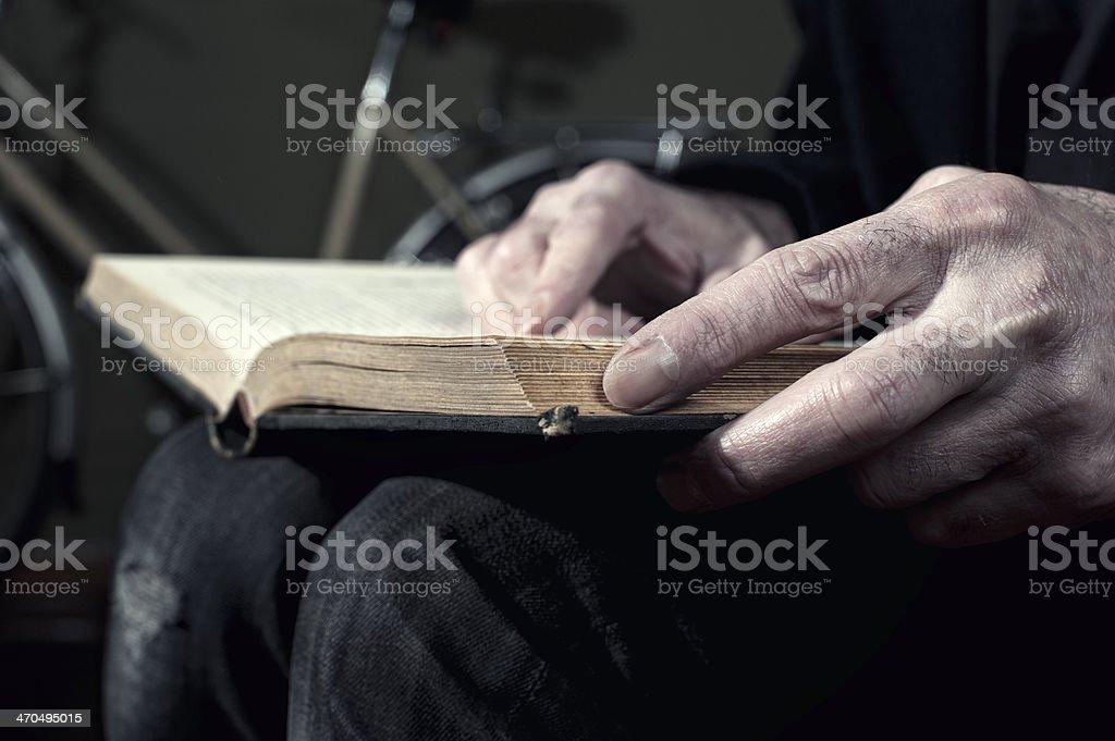 Hombre libro de lectura - foto de stock