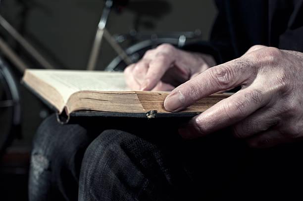 Mann liest Buch – Foto