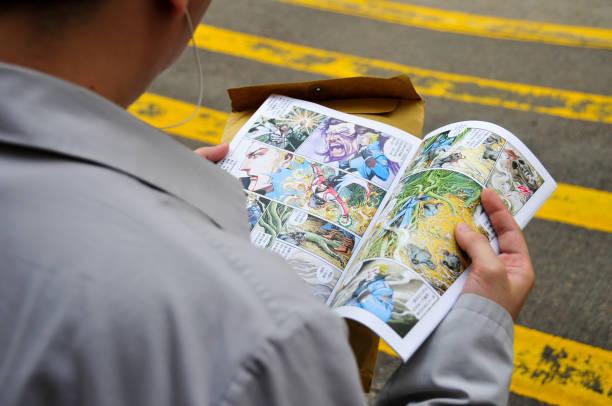 mann lesung cartoon - comic stock-fotos und bilder