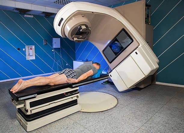 mann bekommen-strahlung therapie für cancer treatment - strahlung stock-fotos und bilder
