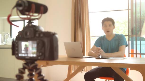 mann-videoaufnahme für diy sachen vorbereitung - do it yourself videos stock-fotos und bilder