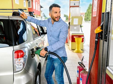 Man refuel the car