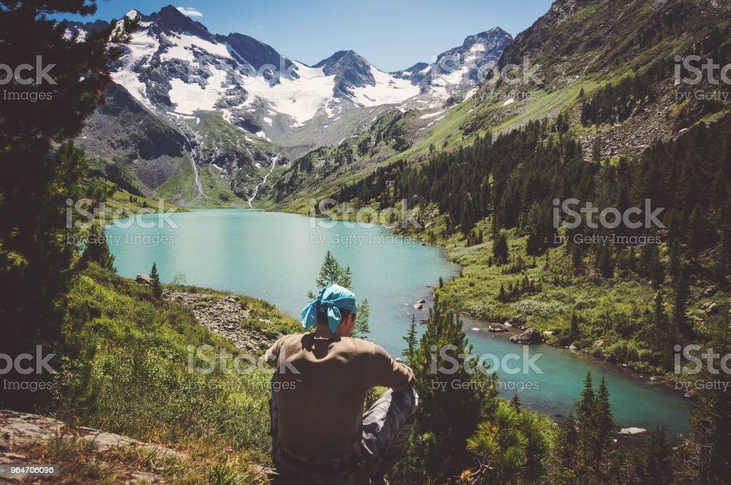 homem relaxar sozinho viaja Lago de conceito de estilo de vida saudável - foto de acervo