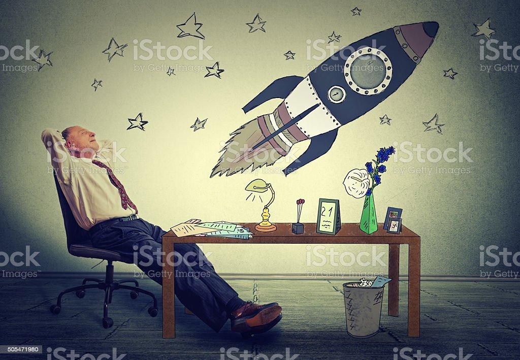 Homme détente au bureau pour travailler dans lespace de bureau