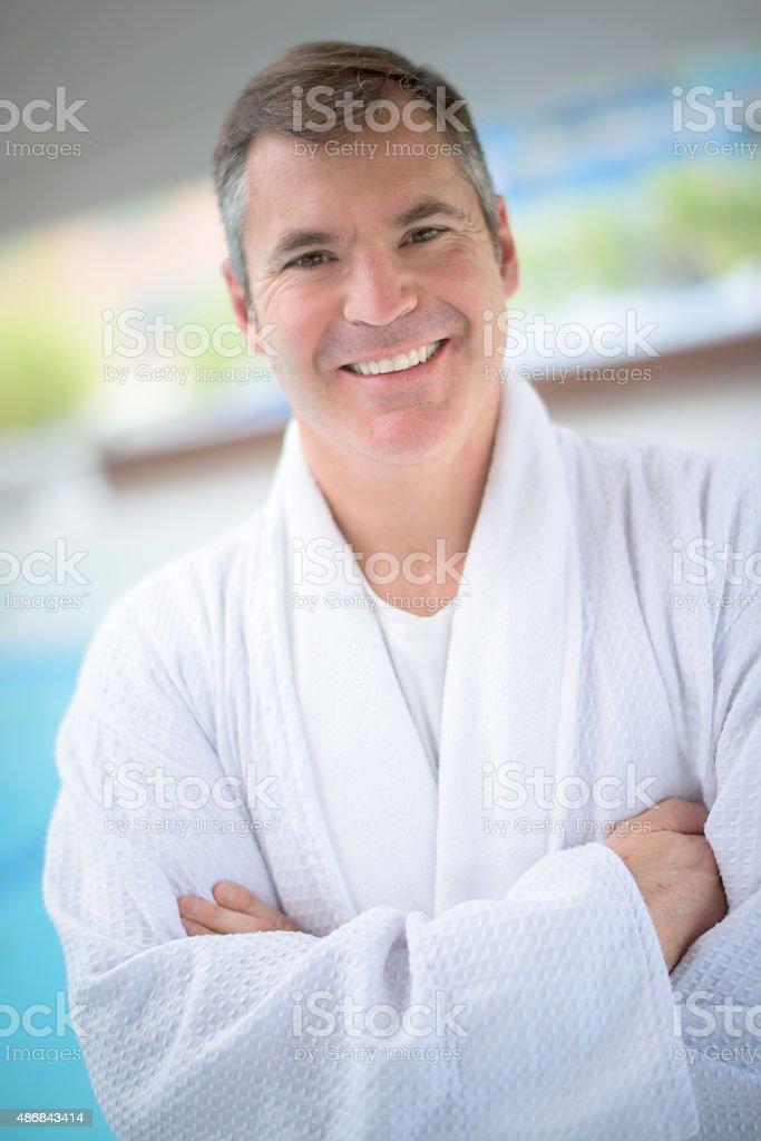 Hombre relajante en el spa - foto de stock
