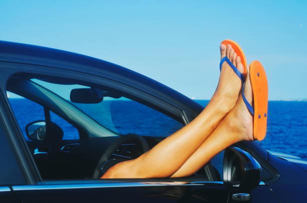 mann in ein auto direkt am meer entspannen - salzwasser sandalen stock-fotos und bilder