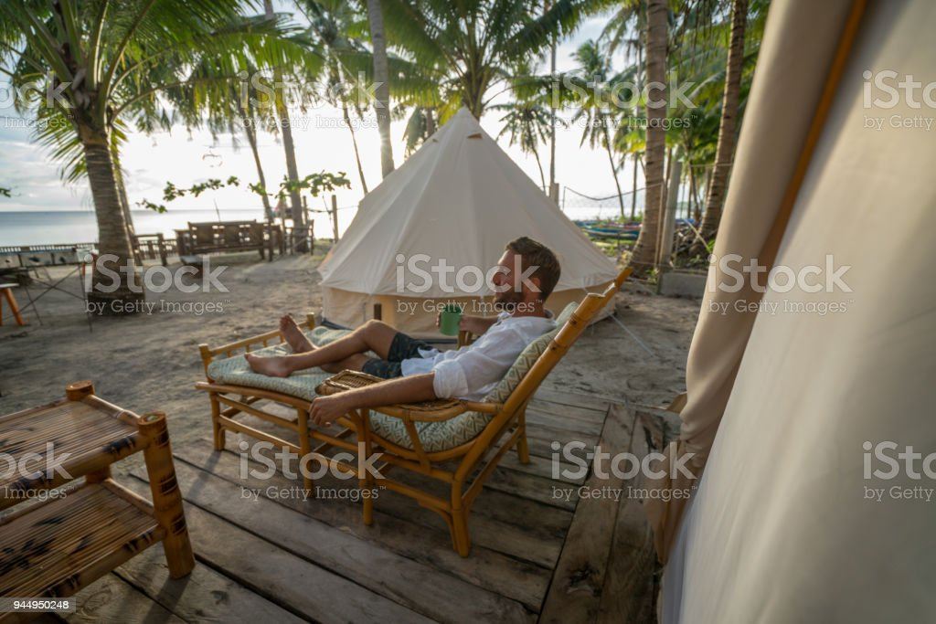 Glamping-Standort in tropischen Insel entspannend Mann – Foto