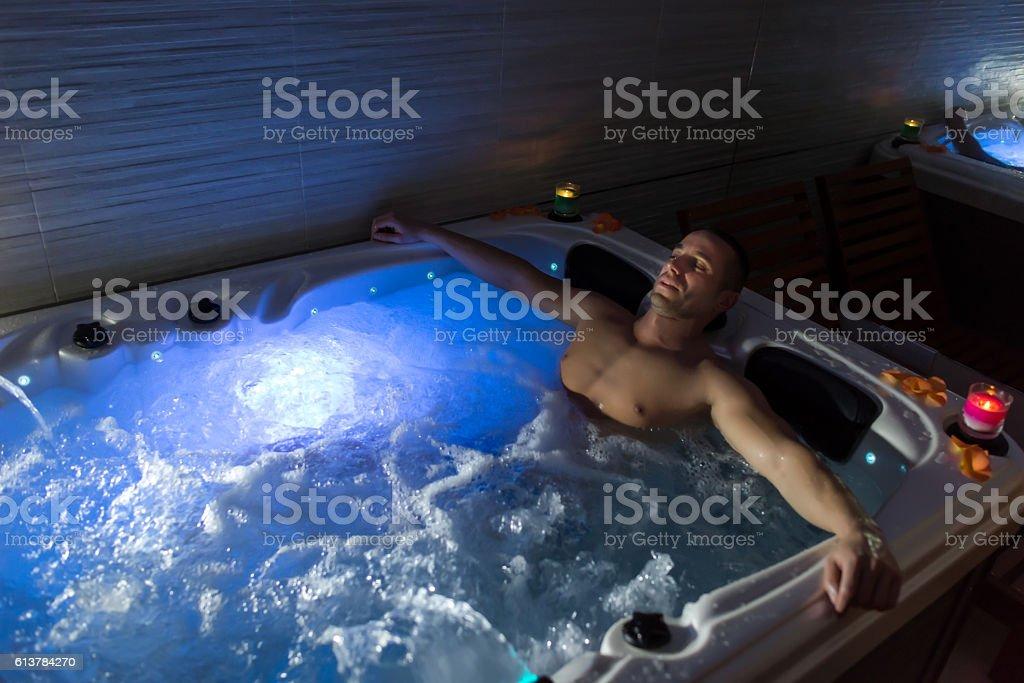 Homme Se Détendre Dans Le Bain à Remous – Photos et plus d\'images de ...