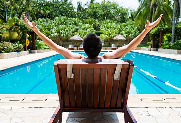 mann entspannend - traum pools stock-fotos und bilder
