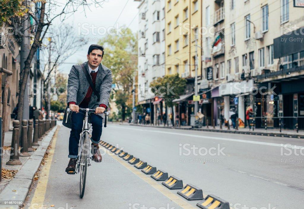 Mann auf einem Fahrrad in der Stadt – Foto
