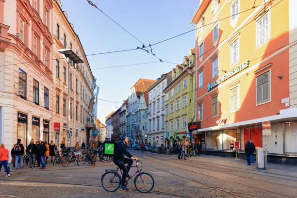 mann fährt fahrrad an sackstraße in graz - stadt graz stock-fotos und bilder
