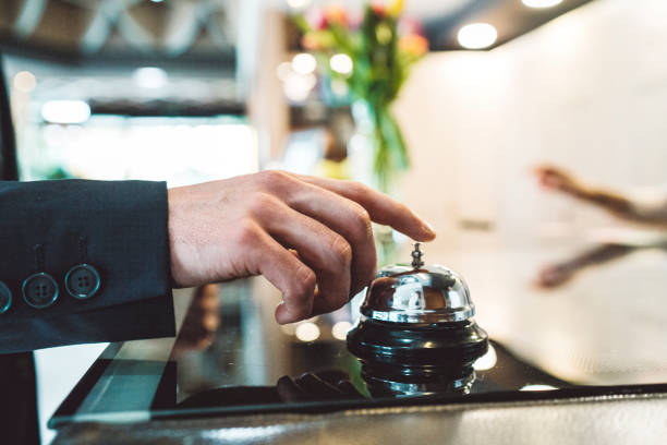 mężczyzna dzwoni na dzwonek recepcji - motel zdjęcia i obrazy z banku zdjęć