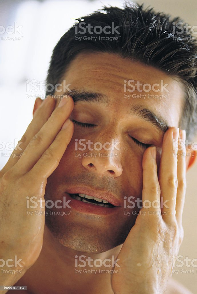 Mann Gesicht reiben Lizenzfreies stock-foto