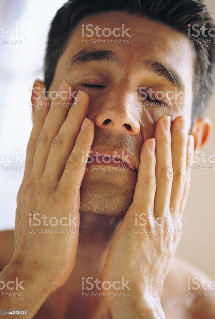 Hombre frotar cara foto de stock libre de derechos