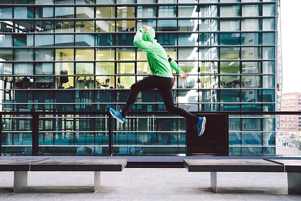 mann laufen und springen im freien sport-training - parkour stock-fotos und bilder