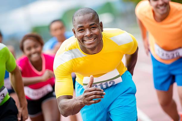 hombre corriendo a la maratón - set deportivo fotografías e imágenes de stock
