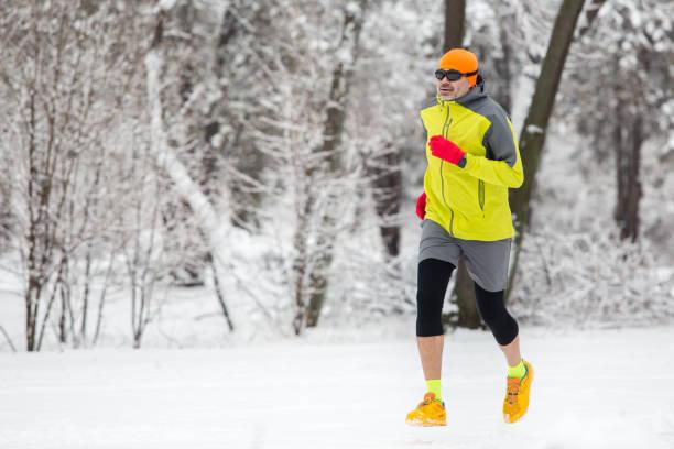 mann läuft im wald im winter zeit - gewicht schnell verlieren stock-fotos und bilder