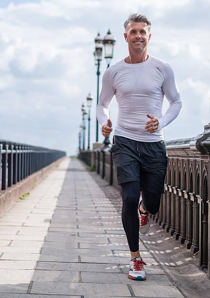mann läuft im freien - sportlichkeit stock-fotos und bilder