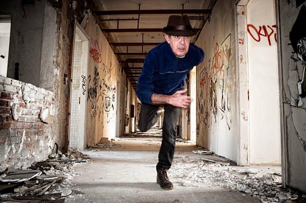Mann in verlassenen Gebäude fährt entfernt – Foto