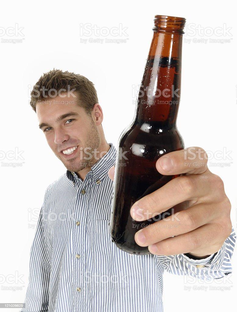 Hombre dicho ¡salud o skol con una cerveza - foto de stock