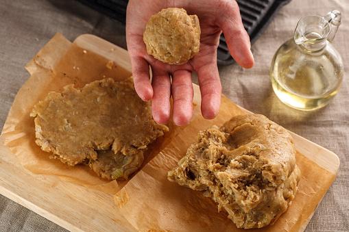 남자 Sculpts 그릴의 배경에 편평한 빵 손 반죽 가까운에 대한 스톡 사진 및 기타 이미지