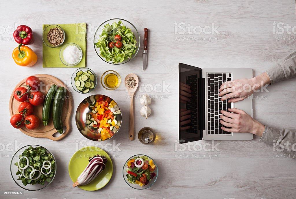 Homem procurar receitas online - foto de acervo