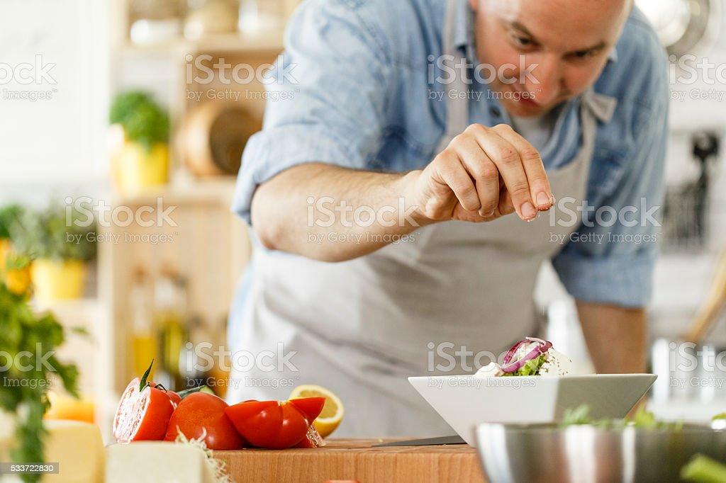 Mann Würzzutaten Salat – Foto