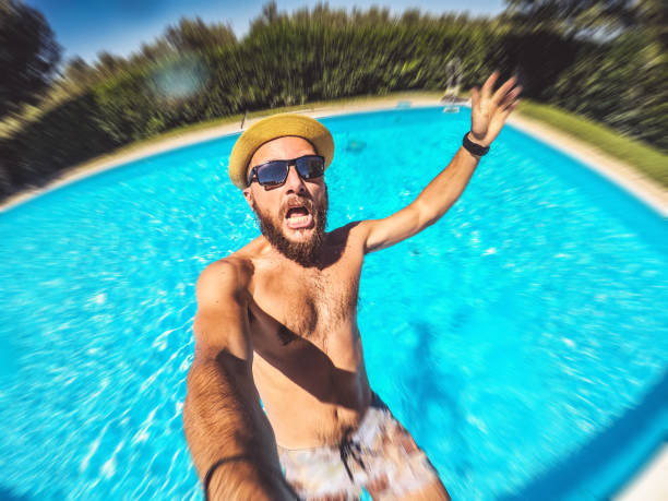 Im swimmingpool nackt Nackt Im