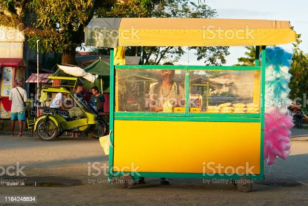 Man selling popcorn and colorful cotton candy in a cart picture id1164248834?b=1&k=6&m=1164248834&s=612x612&h=1m8vy ix  x2hk0lujswhqrbp8lrrnsc9kvegsklduo=