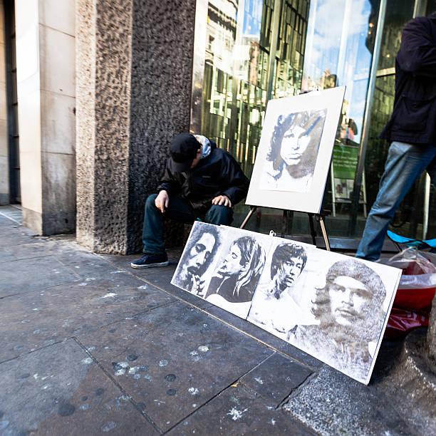 Homem venda de retratos de pessoas famosas - foto de acervo