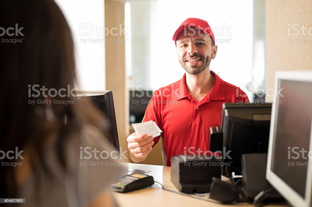 Homem vendendo ingressos no cinema - foto de acervo