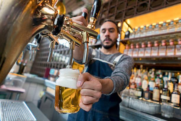 Man serving beer at a pub - foto stock