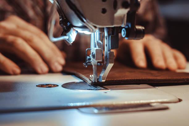 Mann näht Leder auf einer Nähmaschine – Foto